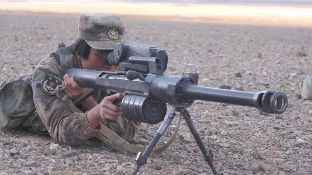 """飒!解放军特战女兵玩转""""大杀器""""狙击榴,还曾去过中印边境"""