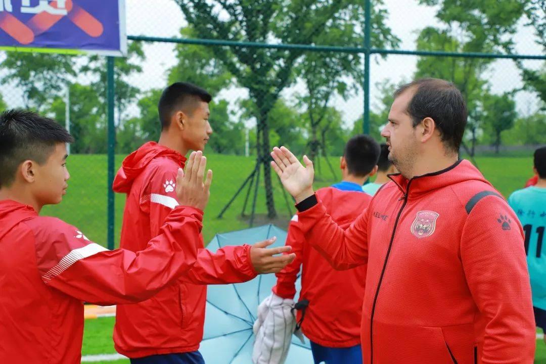 抓好普及与提高新模式  上海校园足球让优秀外教有了施展空间