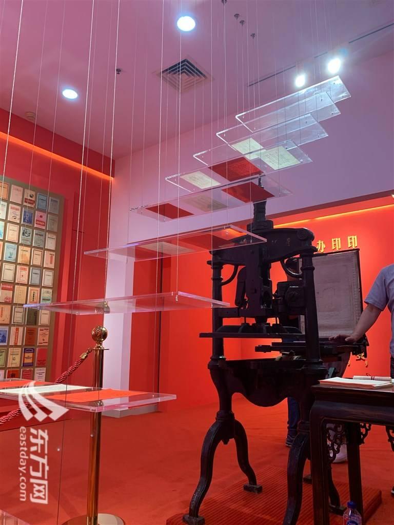 """""""红色印记""""专题展开展  揭秘《共产党宣言》初版如何印刷而成"""