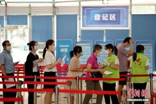 5月27日,市民在广州市天河体育中心新冠疫苗临时接种点排队进场,准备接种新冠疫苗。中新社记者 陈楚红 摄