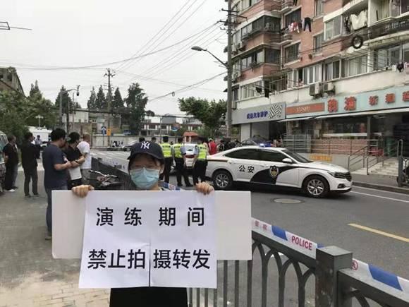 上海街头警察正举枪抓坏人?警方:别紧张,只是一场演练