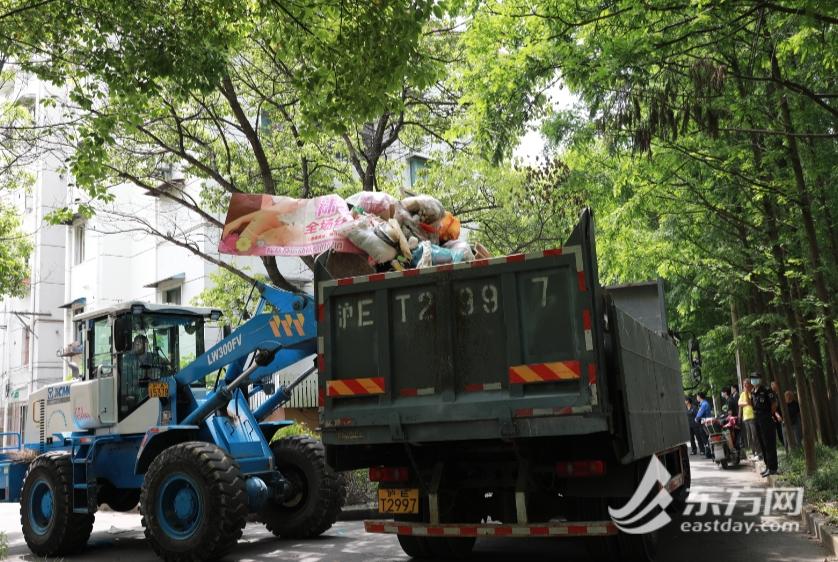 """名下多套房,上海老阿姨却爱""""捡垃圾""""!法院干警9小时清出15车垃圾"""
