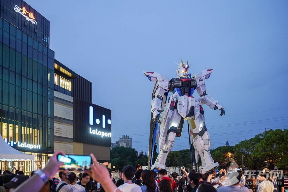 动了!18米高自由高达立像炫酷首秀 动画剧场版有新消息