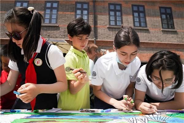 画笔祈愿和平  中外青少年共绘十米长卷庆六一