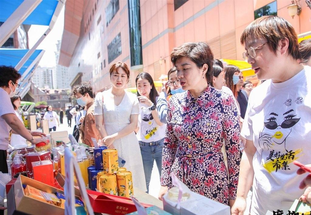 五五购物节·品质生活直播周 女企业家花车方阵开启市集嘉年华