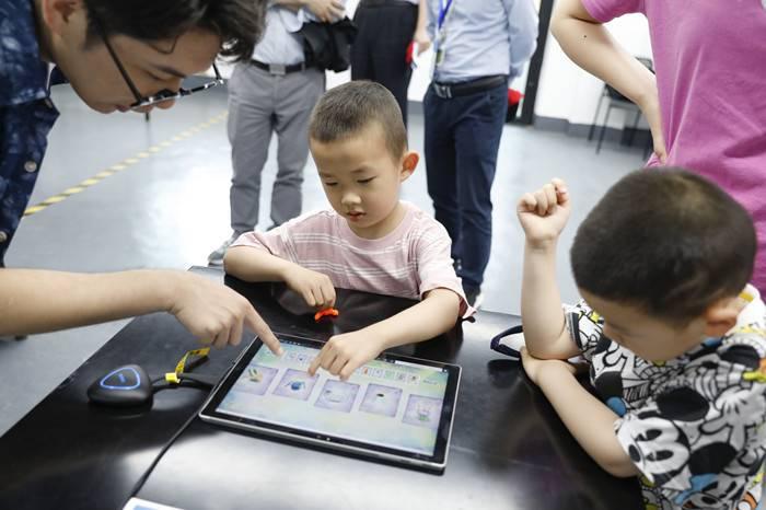 """培养孩子只有""""鸡娃""""一条路?人工智能或许能让家长缓解内卷焦虑"""