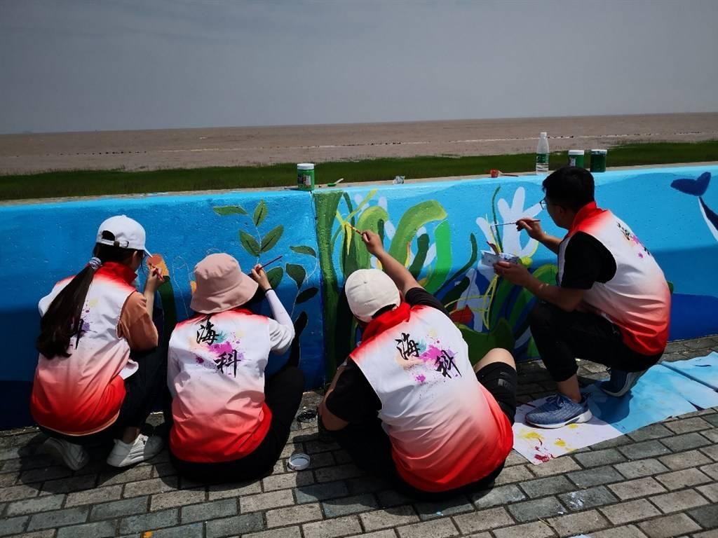 历时4年在临港海堤绘制500米长卷,大小志愿者用画笔迎建党百年