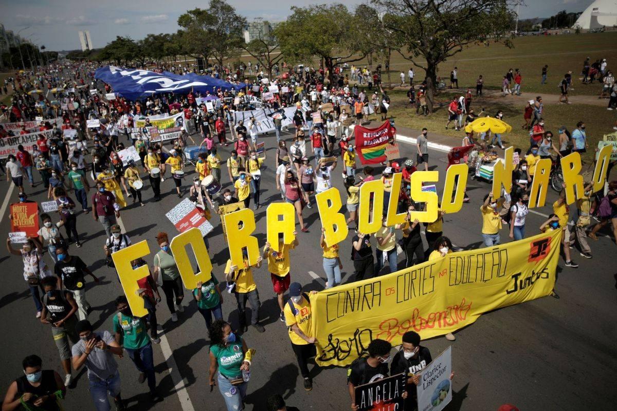 """巴西16城游行抗议总统抗疫不力,民众放飞博索纳罗""""吸血鬼""""气球"""