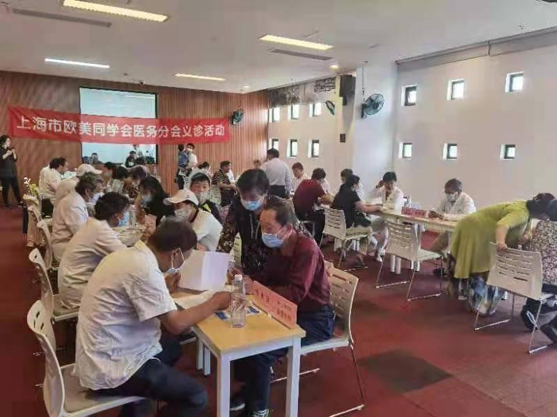 近20位医务专家放弃休息来到青浦区为市民义诊