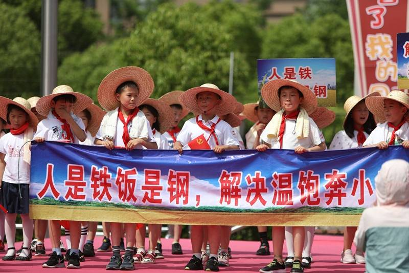 """【组图】童心宣誓过""""六一"""" 这群小学生以一场主题展示秀重温党的奋斗历程"""