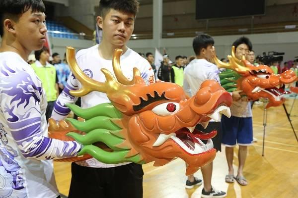 劈波斩浪赛龙舟!上海16所高校学生举行龙舟友谊赛