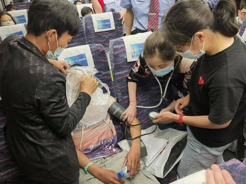 """15岁男孩高铁突发疾病 一节车厢""""集齐""""6位儿科医生化险为夷"""