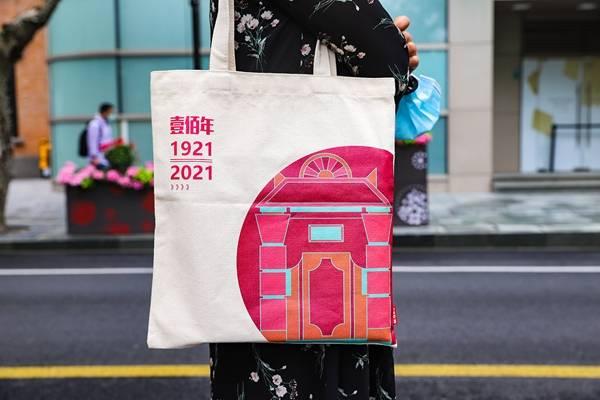 """""""潮百年""""亮相中共一大纪念馆 """"90""""后设计师绘制新""""红色文化"""""""