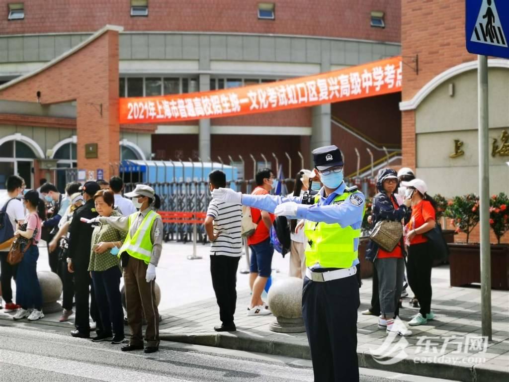 高考首日,上海公安出动万余名警、辅力量 服务5万余名考生