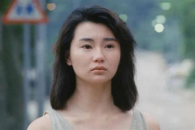 摩登6登录19岁的张曼玉长发飘飘,穿着连身泳装出镜,清纯甜美充满了青春活力(图14)