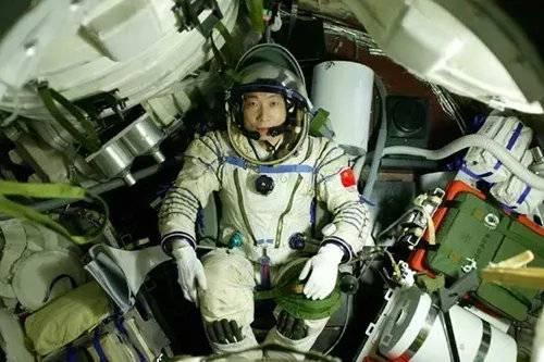 坐在载人飞船舱内的航天员杨利伟