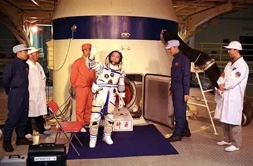 准备进入载人飞船舱内的航天员