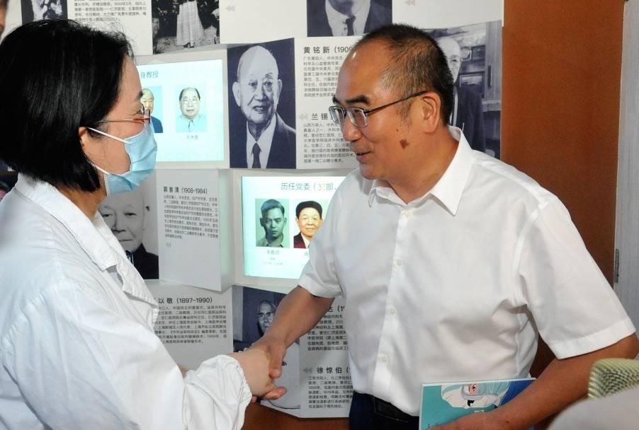 """""""人民英雄""""张定宇来到仁济医院:专程来看一起拼过命的老朋友!"""