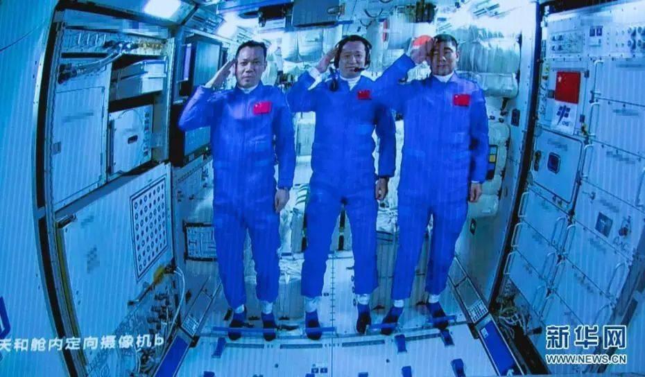 6月17日在北京航天飞行控制中心拍摄的进驻天和核心舱的航天员向全国人民敬礼致意的画面。新华社记者 金立旺 摄 图片来源:新华网