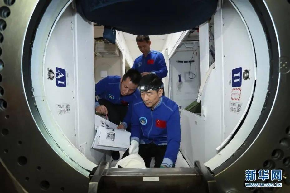 图为航天员聂海胜、刘伯明和汤洪波在核心舱模拟器内训练(4月22日摄)。新华社发 徐部 摄 图片来源:新华网