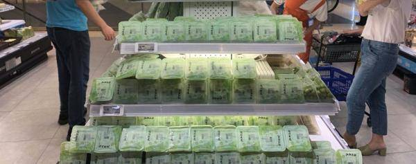 """超市货架上的水果莲子产自杭州新宇村""""奶奶工坊""""。"""