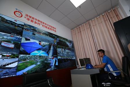 中国电信工作人员在村委会调试平安乡村系统
