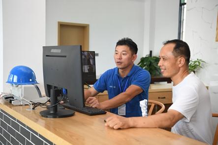 中国电信工作人员帮助民宿老板在网上发布订单