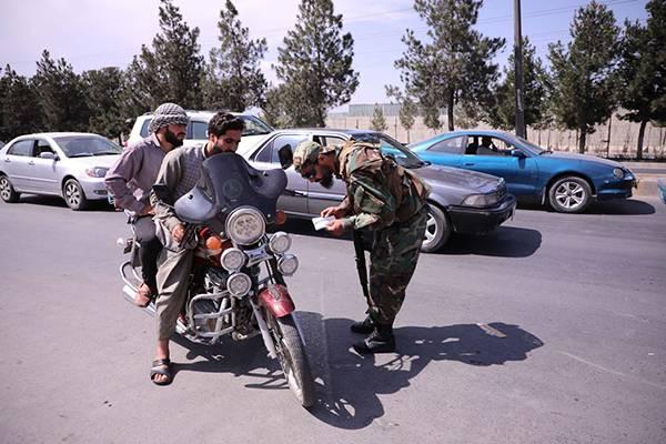 當地時間2021年9月2日,阿富汗首都喀布爾,塔利班成員在哈米德·卡爾扎伊國際機場周圍站崗巡邏。人民視覺? 圖