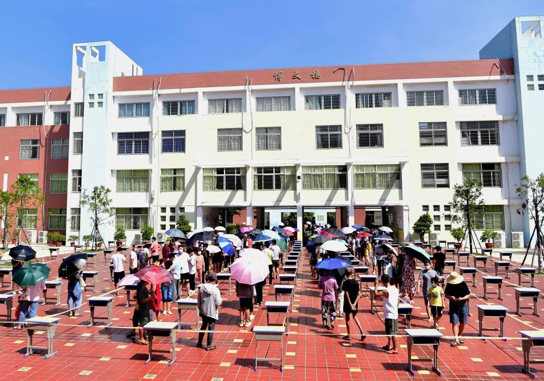 9月14日,人们在仙游县鲤南中心小学核酸检测点排队进行核酸检测。新华社 图