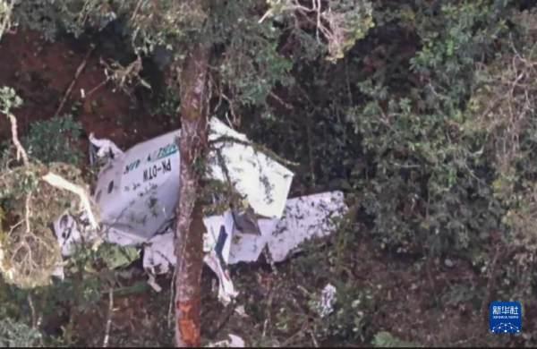 印尼一小型飞机在山区坠毁[图]