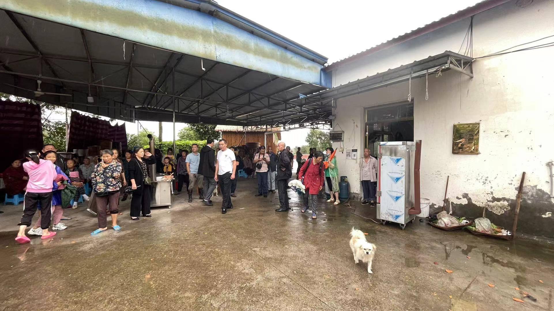 团山堡村不少村民到附近一处农家乐避难。澎湃新闻记者 何利权 摄