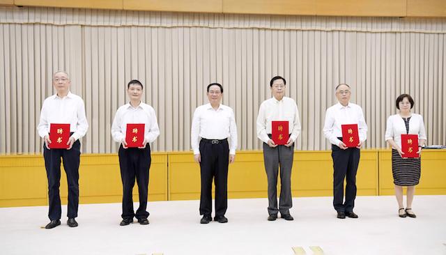 李强为新一届上海市委法律顾问颁发聘