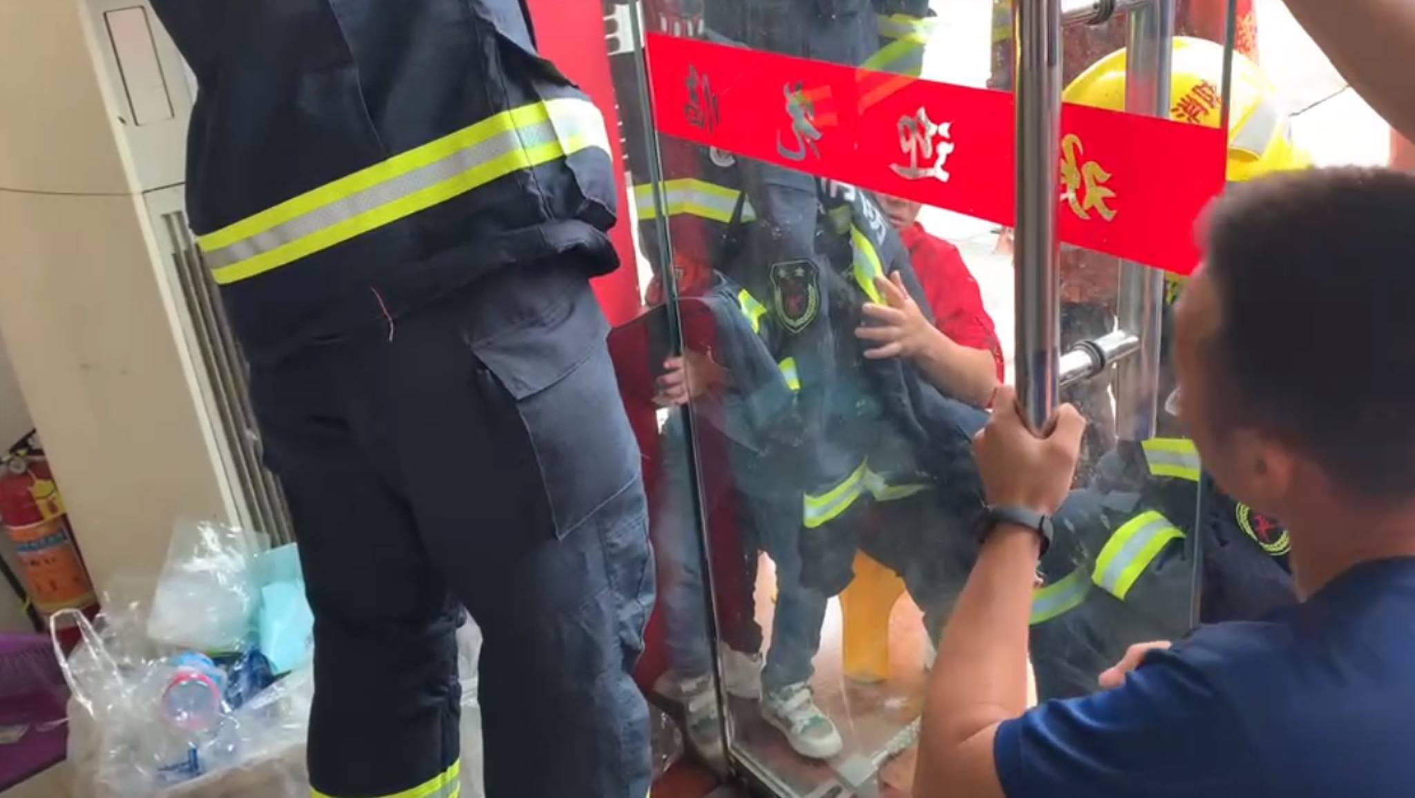 """图说│疼!四岁男童小手被玻璃门""""咬""""住,消防员叔叔及时赶到解..."""