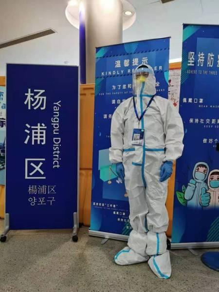 """致敬机场志愿者!从夏到秋,杨永华还在机场做""""大白"""""""