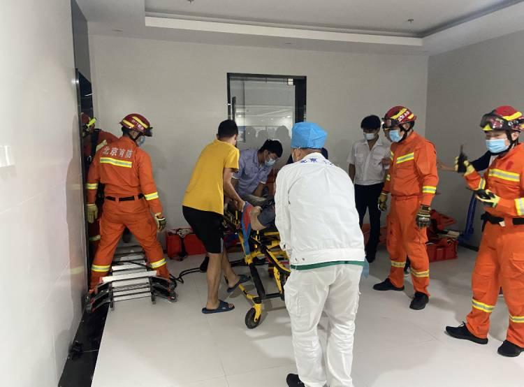 北京海淀一建筑维修时电梯坠落,消防员抢救伤员,现场图曝光