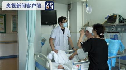 湖南常德一男子突发癫痫晕倒 休假护师紧急施救