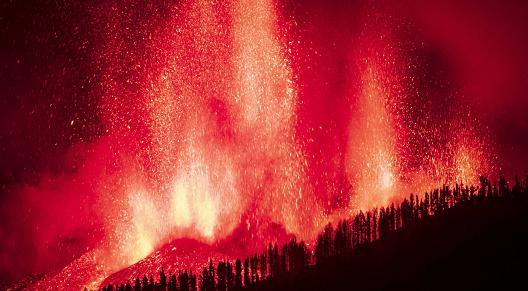 西班牙拉帕尔马岛火山喷发已致数百栋房屋被毁 约5000人紧急...