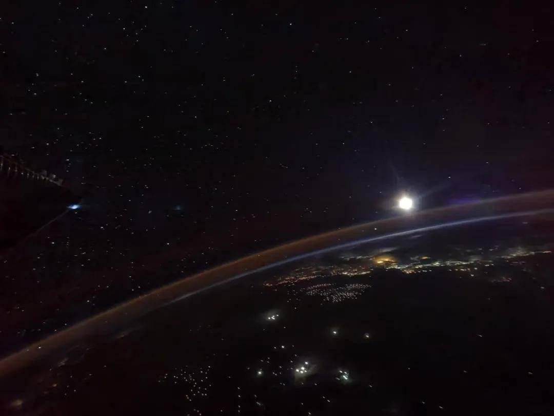 航天员镜头下的月亮长啥样?航天员从太空带来这份礼物