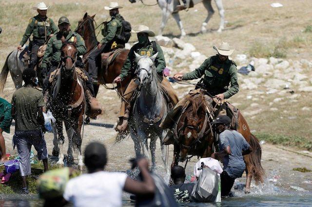 """美国边境巡逻队骑马持鞭驱赶海地移民,大喊""""滚回墨西哥"""""""