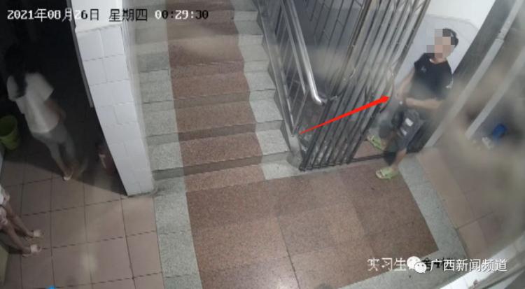 一男子潜入医院女生宿舍偷内衣,保安制止被打晕倒
