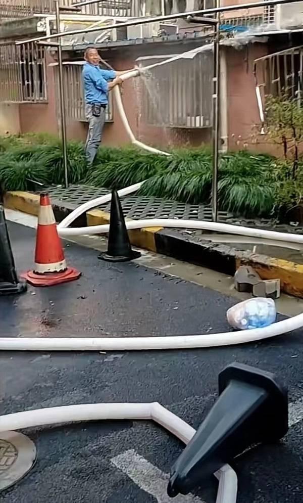 石岚三村清晨发生火灾 好心工人拖出水管灭火