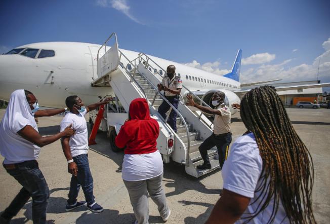 美媒:海地移民被遣返回国飞机降落后袭击多名美方人员 致2人受...