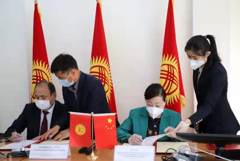 我驻吉尔吉斯斯坦大使杜德文出席新疆维吾尔自治区援吉粮食和抗疫...