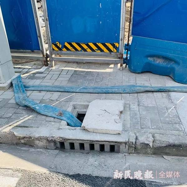 危险!工地取窨井抽水 周边却无遮无挡存隐患