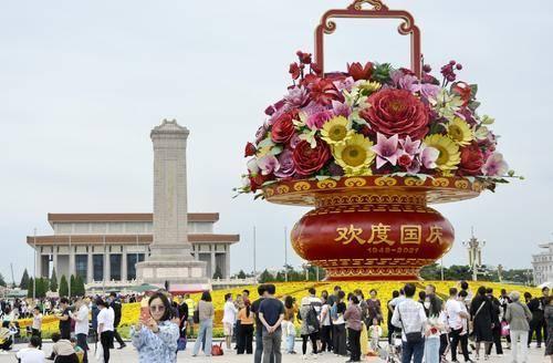 图说│祝福祖国!18米高巨型花篮正式亮相北京天安门广场
