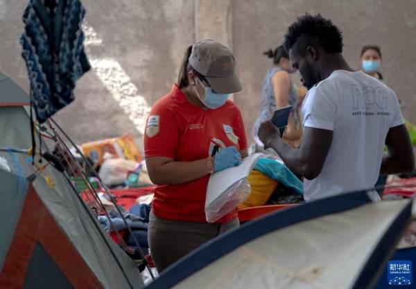 墨西哥移民收容所里的海地移民[组图]