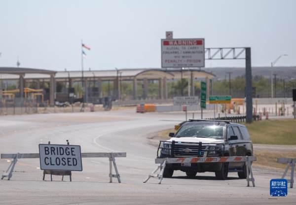 滞留美国得克萨斯州边境小镇德尔里奥桥下的移民离开[组图]