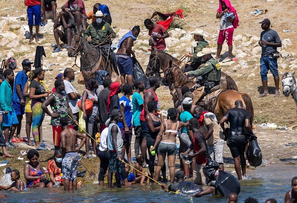 海地难民花一个月穿越11国抵美 一天内被美飞机送回起点