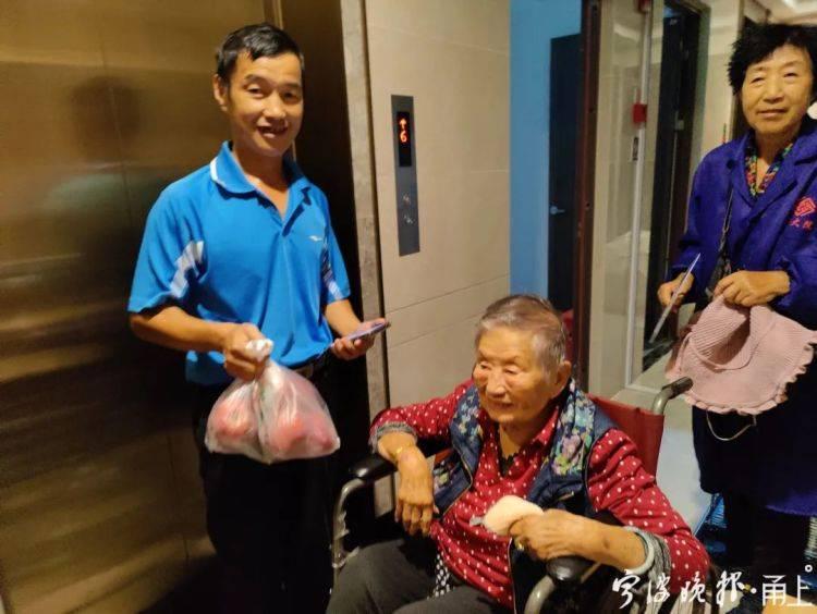 """太暖!宁波93岁老人着急找厕所,陌生人:""""要是不嫌弃,就去我..."""