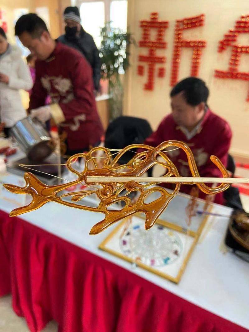 做糖葫芦、画糖画、写福字…这周末非遗集市走进社区,边吃边玩感受上海年味